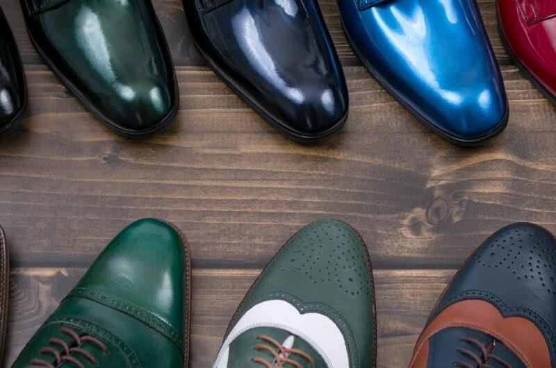 Kolorowe buty do garnituru są ekstrawaganckie i modne.