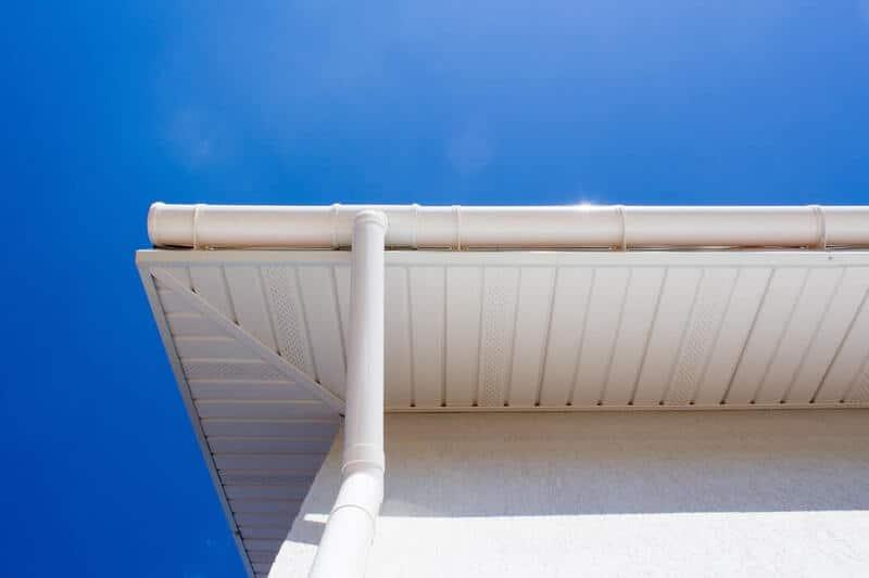 Biała podbitka dachowa z PCV czy drewna?